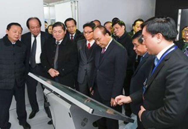 Thủ tướng Chính phủ Nguyễn Xuân Phúc và lãnh đạo Trung ương, địa phương tại Triển lãm quốc tế đổi mới sáng tạo Việt Nam 2021 và Khởi công xây dựng Trung tâm đổi mới sáng tạo Quốc gia (Ảnh: MPI)