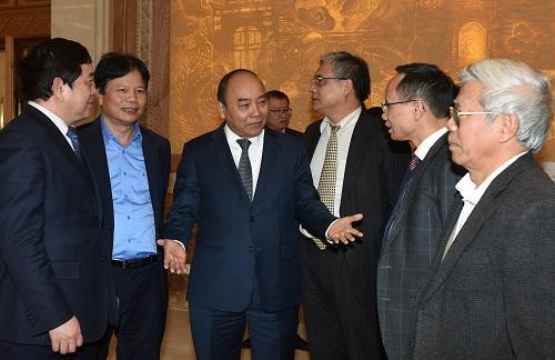 Thủ tướng trao đổi với các đại biểu bên lề cuộc họp