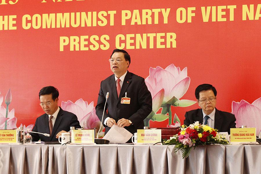 Đồng chí Lê Mạnh Hùng, Phó Trưởng Ban Tuyên giáo Trung ương, Giám đốc Trung tâm Báo chí Đại hội XIII điều hành phần họp Báo.