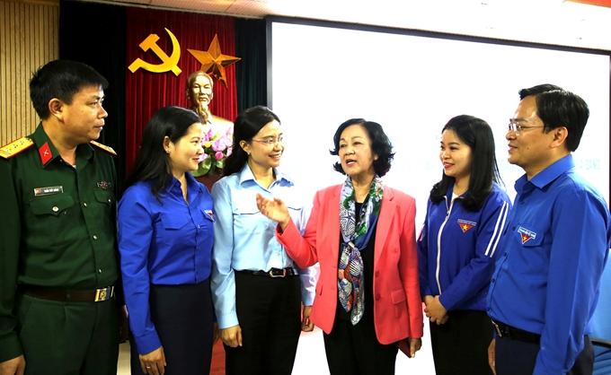 Đồng chí Trương Thị Mai, Ủy viên Bộ Chính trị, Bí thư Trung ương Đảng, Trưởng ban Dân vận Trung ương trao đổi với các cán bộ đoàn chủ chốt, thanh niên tiểu biểu tại Hội nghị góp ý dự thảo các văn kiện Đại hội Đảng do Trung ương Đoàn tổ chức - Ảnh: PC