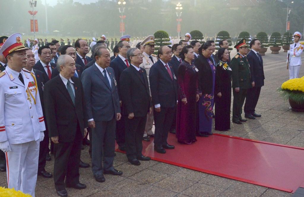 Trong giờ phút thiêng liêng, các đại biểu bày tỏ lòng biết ơn vô hạn đối với lãnh tụ kính yêu của dân tộc Việt Nam, người thầy vĩ đại của cách mạng Việt Nam, Anh hùng giải phóng dân tộc, Người đã hiến dâng cuộc đời mình vì độc lập của Tổ quốc và tự do, hạnh phúc của nhân dân