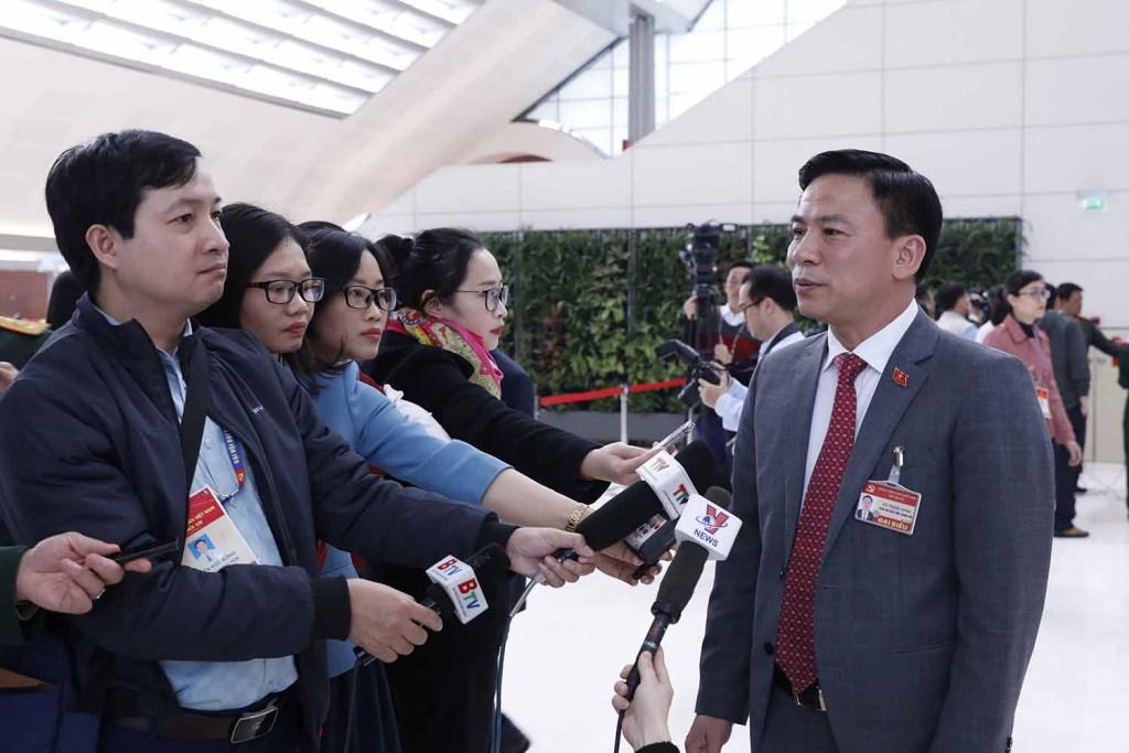 Đồng chí Đỗ Trọng Hưng (Đoàn đại biểu Đảng bộ tỉnh Thanh Hoá) trả lời phỏng vấn của phóng viên các cơ quan thông tấn, báo chí.