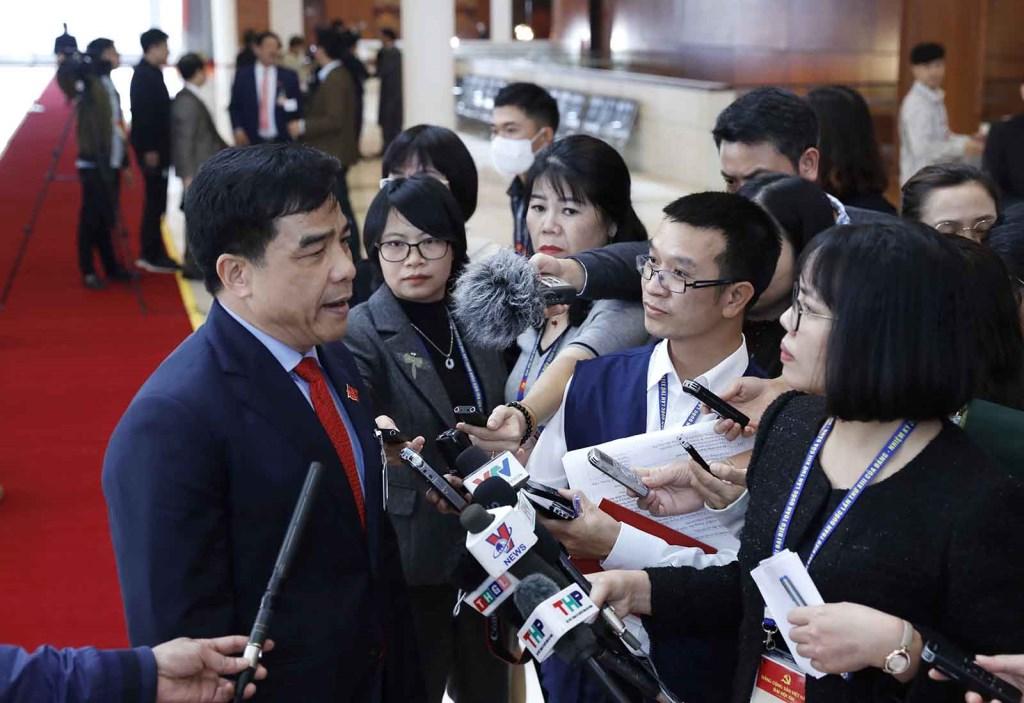 Đồng chí Lê Văn Dũng (Đoàn đại biểu Đảng bộ tỉnh Quảng Nam) trả lời phỏng vấn của phóng viên các cơ quan thông tấn, báo chí.