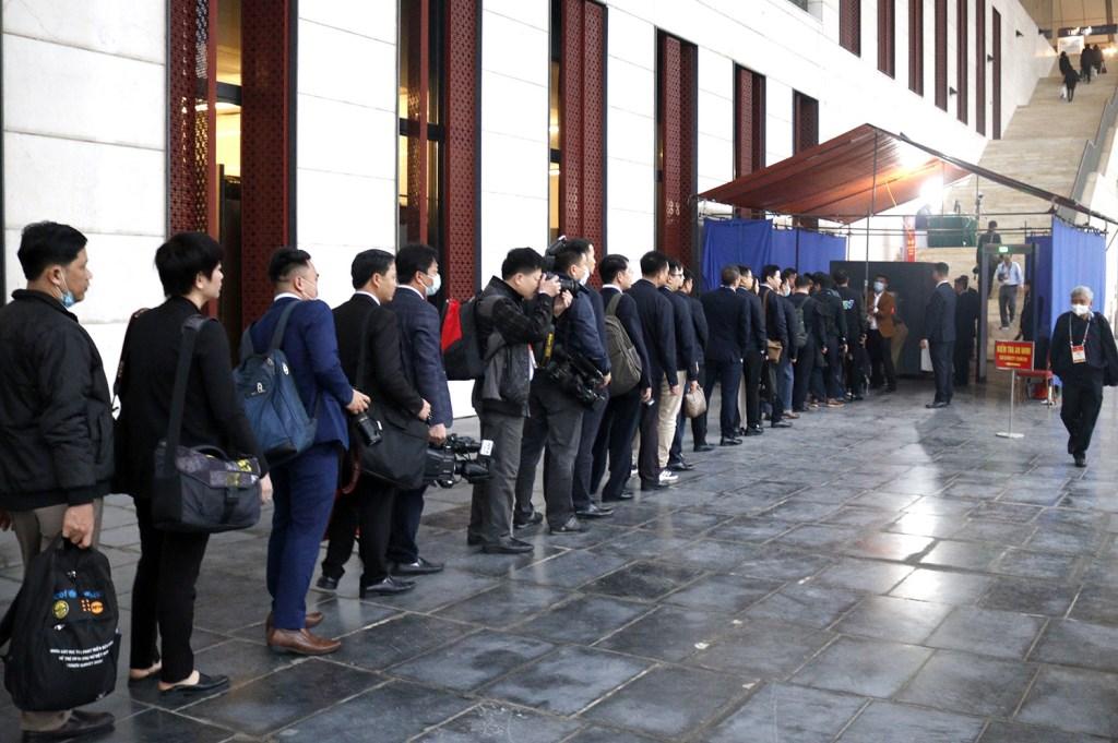 Khoảng 6h30, hàng trăm phóng viên đã có mặt tại Trung tâm Hội nghị Quốc gia để tiến hành kiểm tra an ninh.