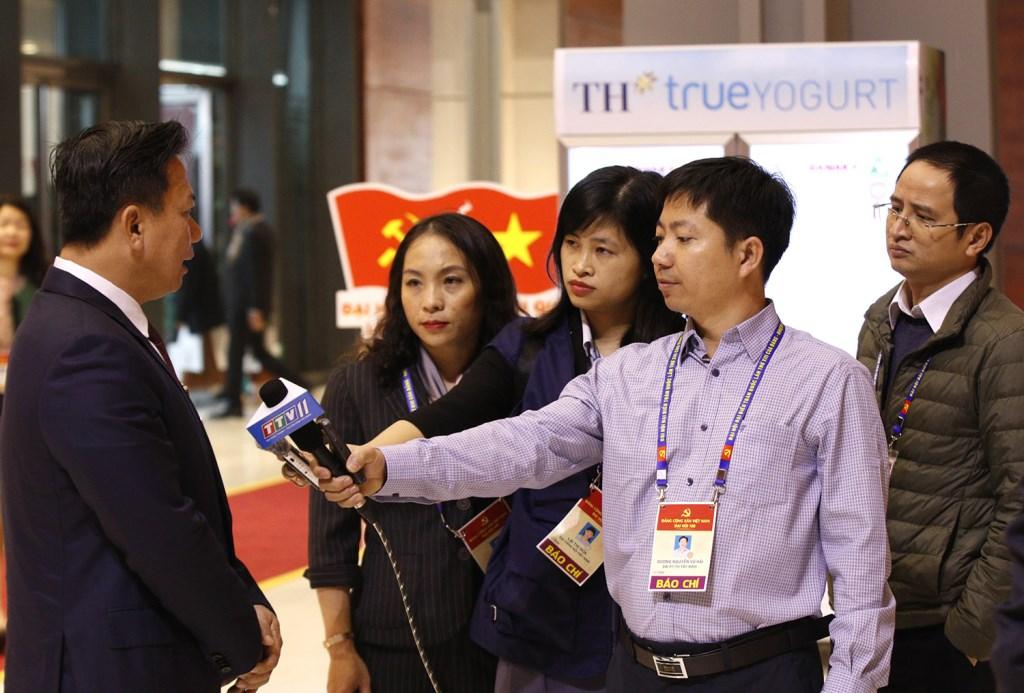 Đồng chí Nguyễn Thanh Ngọc (Đoàn đại biểu Đảng bộ tỉnh Tây Ninh) trả lời phỏng vấn của phóng viên các cơ quan thông tấn, báo chí.