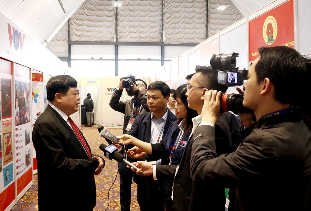 Đồng chí Nguyễn Thế Kỷ, Uỷ viên Trung ương Đảng, Tổng Giám đốc Đài tiếng nói Việt Nam trả lời phỏng vấn của phóng viên các cơ quan thông tấn, báo chí.