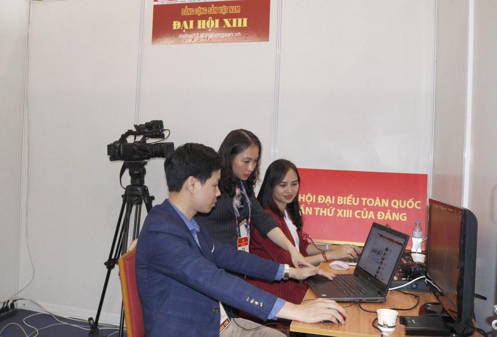Phóng viên Báo điện tử Đảng Cộng sản Việt Nam tác nghiệp tại Đại hội