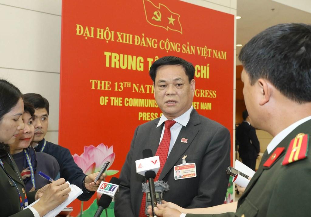 Đồng chí Huỳnh Tấn Việt (Đoàn đại biểu Đảng bộ Khối các cơ quan Trung ương) trả lời phỏng vấn của phóng viên các cơ quan thông tấn, báo chí.