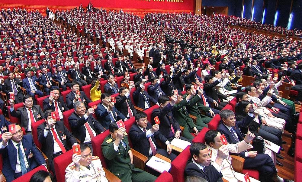 Các đại biểu biểu quyết thông qua Nghị quyết Đại hội đại biểu toàn quốc lần thứ XIII của Đảng.