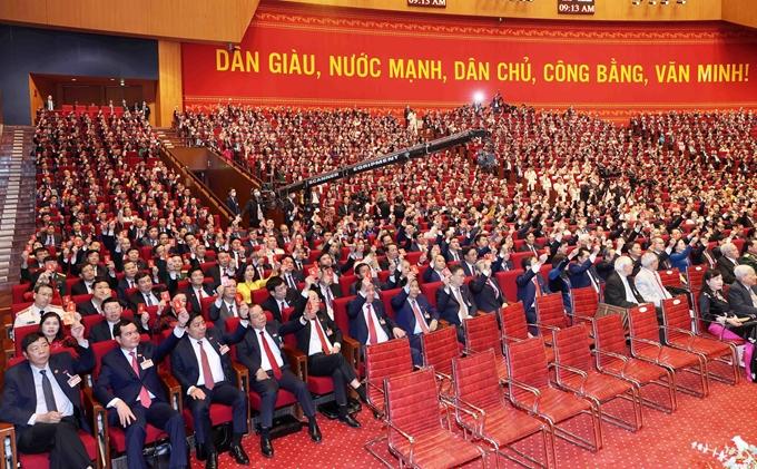 Các đại biểu biểu quyết, thông qua Nghị quyết Đại hội XIII của Đảng. Ảnh: Phạm Cường.