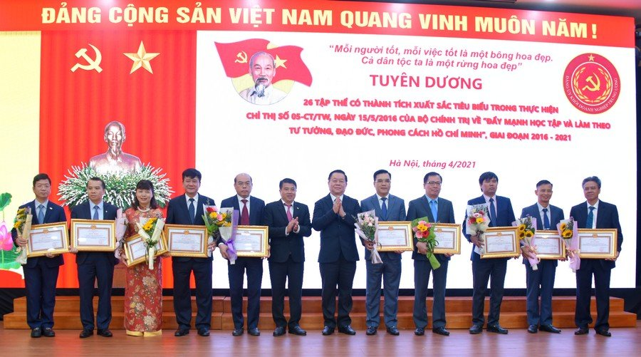 Đồng chí Nguyễn Trọng Nghĩa và đồng chí Y Thanh Hà Niê Kđăm trao thưởng cho các tập thể và cá nhân có thành tích xuất sắc tiêu biểu trong thực hiện Chỉ thị số 05-CT/TW.