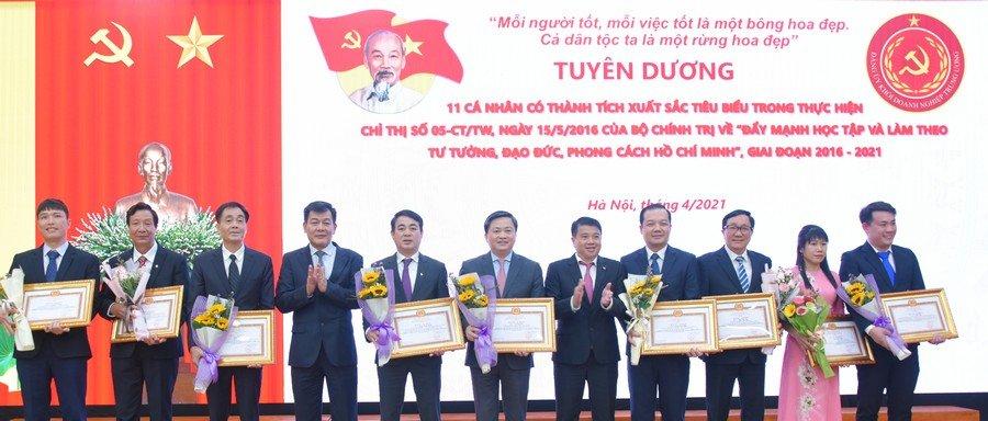 Đồng chí Y Thanh Hà Niê Kđăm và đồng chí Nguyễn Đức Phong trao thưởng cho các tập thể và cá nhân có thành tích xuất sắc tiêu biểu trong thực hiện Chỉ thị số 05-CT/TW.