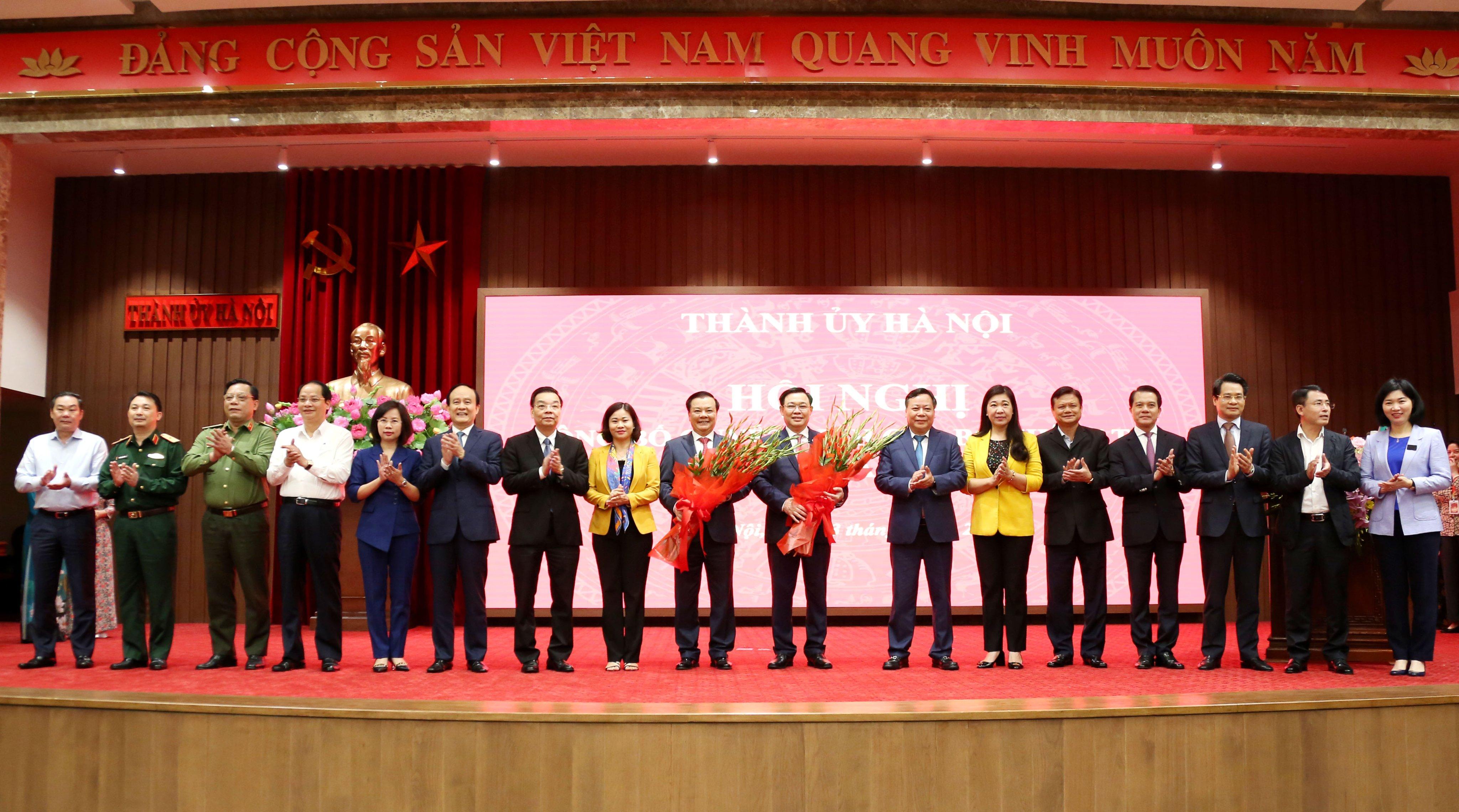 Các đồng chí Ban Thường vụ Thành ủy Hà Nội tặng hoa chúc mừng đồng chí Vương Đình Huệ và Đinh Tiến Dũng.
