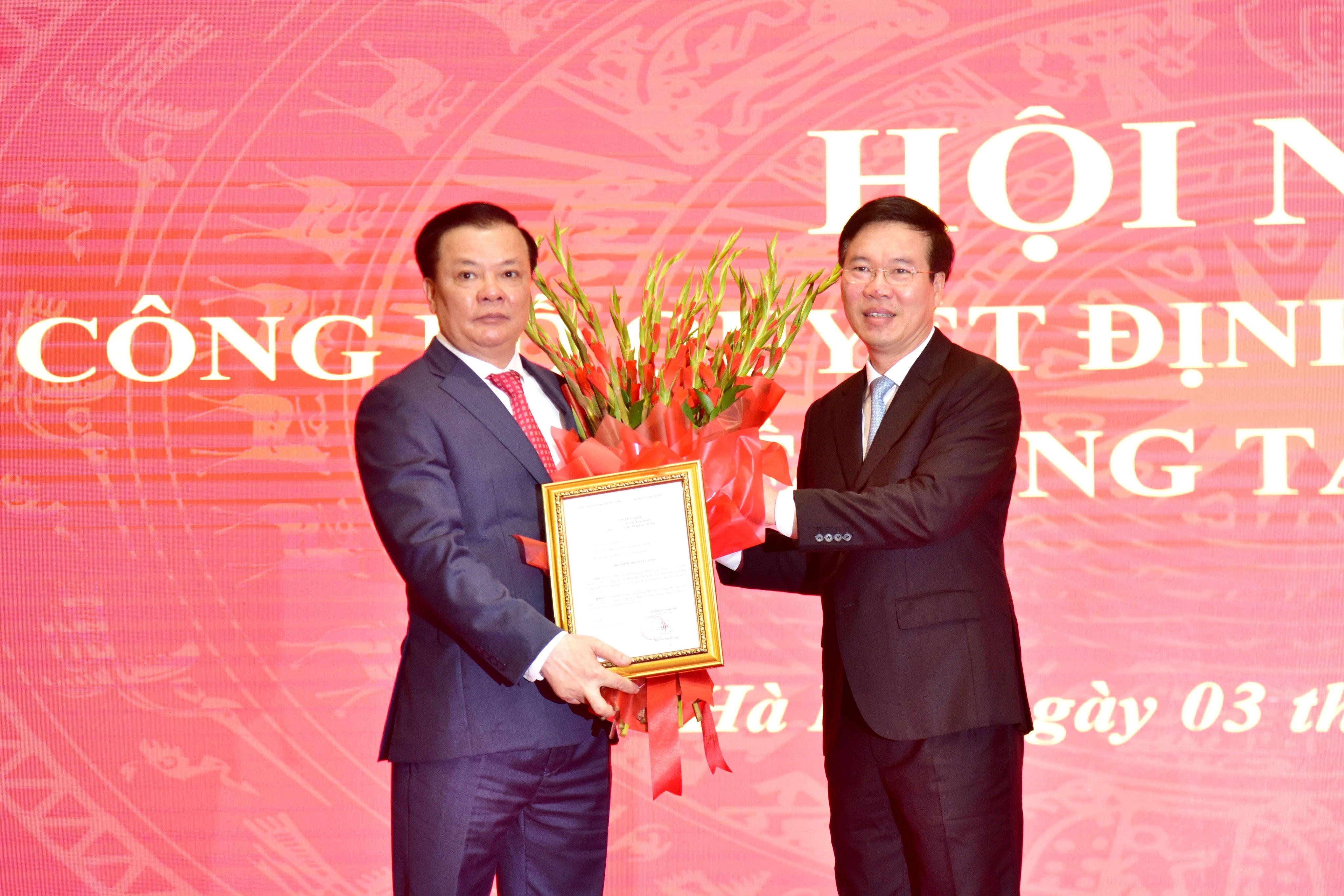 Thường trực Ban Bí thư Võ Văn Thưởng trao quyết định, tặng hoa chúc mừng Bí thư Thành ủy Hà Nội Đinh Tiến Dũng.