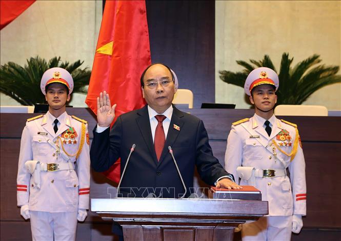 Chủ tịch nước Nguyễn Xuân Phúc thực hiện nghi lễ tuyên thệ nhậm chức. (Ảnh: TTXVN)