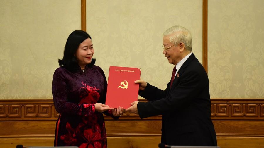 Tổng Bí thư Nguyễn Phú Trọng trao quyết định và chúc mừng đồng chí Bùi Thị Minh Hoài, Trưởng Ban Dân vận Trung ương.