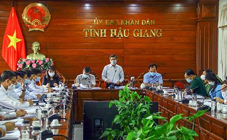 Đồng chí Đồng Văn Thanh (đứng), Phó Bí thư Tỉnh ủy, Chủ tịch UBND tỉnh Hậu Giang, đề nghị các ngành và địa phương trong tỉnh phối hợp với đơn vị tư vấn thực hiện chiến lược đạt chất lượng và đúng tiến độ.